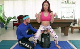 Latynoska w podartych legginsach ujeżdża dildo - Kira Perez, Tyler Steel, W Legginsach