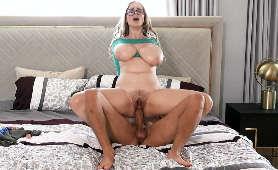 Filmy erotyczne mamuśki w okularach z ogromnymi piersiami na kutasie - Codi Vore, Xander Corvus, Owłosione Cipki