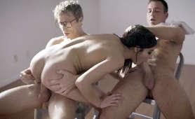 Ujeżdża twardego kutasa i ssie drugiego - Emily Willis, Michael Vegas, Chad White, 1 Kobieta 2 Meżczyzn
