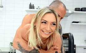 Blondynka pieprzy się na stojąco w kuchni - Chloe Temple, Scott Nails, Pieprzenie Cipki