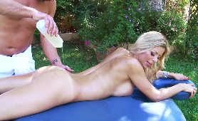 Naoliwiona dojrzała blondynka - Alexis Fawx, Blondynki