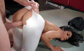 Duży penis w pochwie latynoski - Tia Cyrus, Rozdzieranie Ubrania
