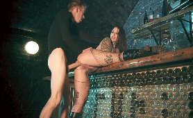 Sex analny na stojąco z kurwą opartą o bar - Ivy Lebelle, Sex Przy Barze