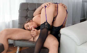 Brunetka w pończochach i z podwiązkami obciąga penisa z wypiętą cipką - Ashlynn Taylor, Sex Oralny