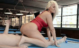 Sex z dojrzałą laską na stole bilardowym - Alena Croft, Jeden Na Jednego