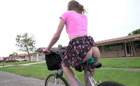 Rower i dupcia nastolatki na siodełku z wibratorem   - Alex Blake, Sztuczny Penis