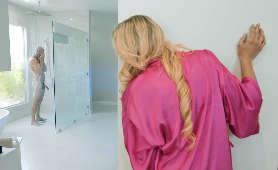 Stare dupy podgląda faceta pod prysznicem - Katie Morgan, Podglądana