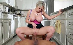 Darmowe porno z cycatą mamuśką w kuchni - Dee Williams, Jeden Na Jednego