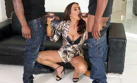 Dojrzała kobieta zabawia sie dwoma czarnymi penisami - Lisa Ann, Sex Oralny