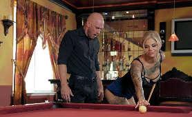 Uwodzi przy stole bilardowym - Bonnie Rotten, Na Stole Bilardowym