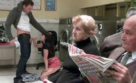 Sex oralny w pralni samoobsługowej - Ava Dalush, W Koszulce Z Krótkim Rękawem