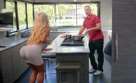 Filmy xxx seks uwodzenie blondynki w kuchni - Courtney Taylor, Sukienka
