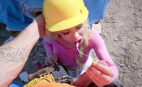Blondynka obciąga na budowie - Kenzie Reeves, Lizanie Jaj